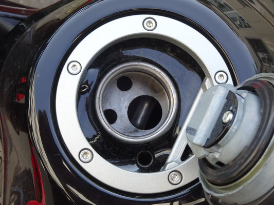 Einbau von Benzinfilter in Tankstutzen nicht möglich - Motorglobe Motorradtest Honda CRF300Rally