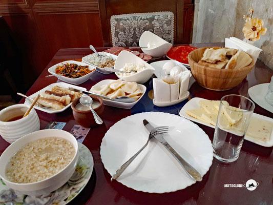 Ein georgisches Frühstück ist reichhaltig