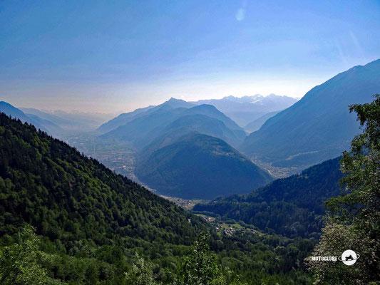 Blick ins Schweizer Rhonetal von der Passstrasse des Col de la Forcla
