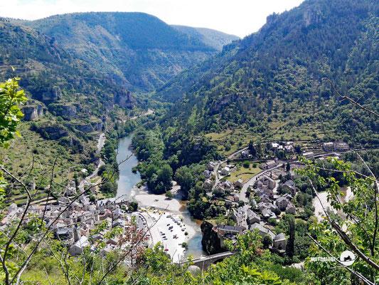 Blick in die Tarnschlucht und auf die Ortschaft Sainte-Enimie