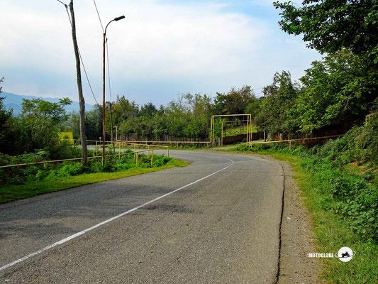 In vielen georgischen Ortschaft prägen die freiliegenden Gasleitungen das Ortschaftsbild