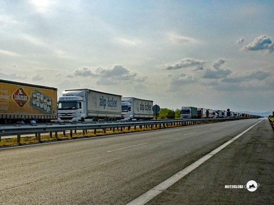 Täglich stauen sich die Lastwagen kilometerland auf der griechischen Seite für die Einreise in die Türkei