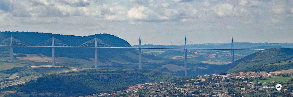 Rundblick ins Tal von Millau mit dem Viaduct de Millau