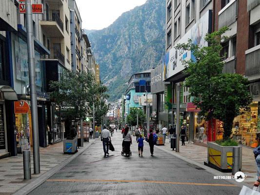 Eine der unzähligen Einfkaufsstrassen in Andorra la Vella