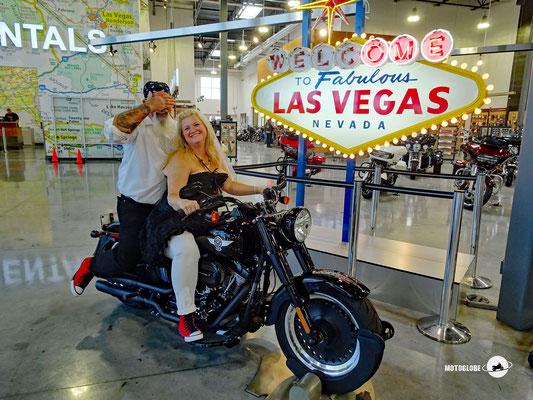 Richtige Harley Fans. Sie haben soeben im Harley Geschäft geheiratet.
