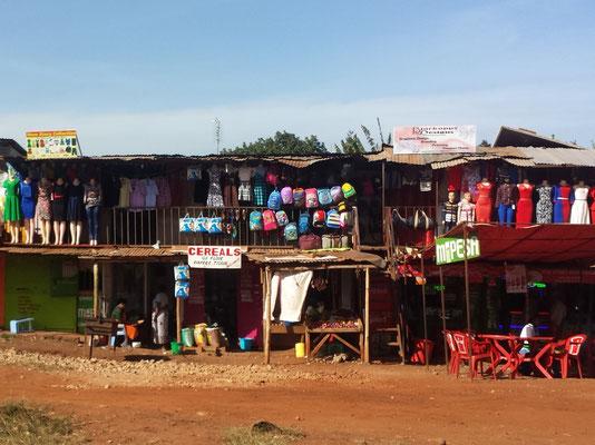 Bekleidungs- und sonstige Geschäfte am Straßenrand.