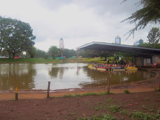 Kleiner See mit Tretbooten im Uhuru Park in Nairobi.