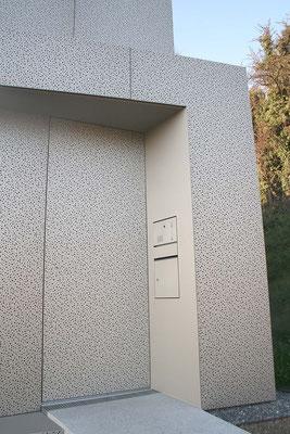 Haus am Hang perforierte Metallfassade ©2019 Welte Architetkur