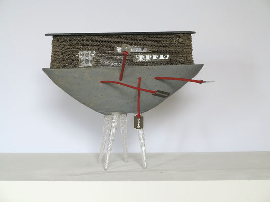 Hausboot, 2015.  Kunststein, Wellpappe, Schieferplatte, Kunststoff, Holzweige, Blisterverpackungen, Rasierklingen, Acrylfarbe, ca. 34,5 x 42 x 49 cm.
