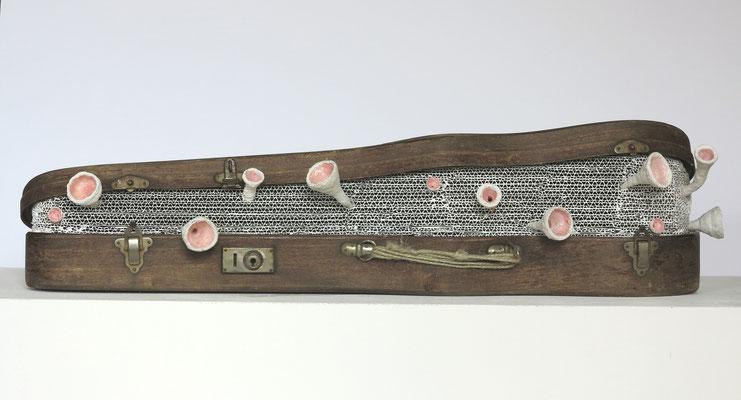 Generalprobe, 2015. Geigenkasten, Wellpappe, Dispersionsfarbe, Gipsbinden, Wachs, Acrylfarbe und -lack, ca. 17,5 x 78 x 28 cm.