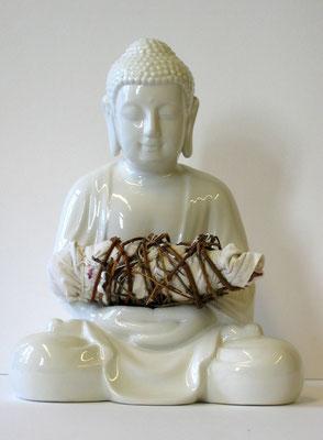Aufgabe, Buddhafigur aus Porzellan,; Papier, Acrylfarbe, Baumwollstoff und Dornenranken, ca.33 x 29 x 21 cm.