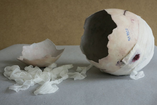 Entbindung, 2013. Wachs, Papier, Mullbinde, Faden, Acrylfarbe, ca. 34 x 75 x 34 cm.