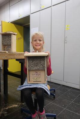 Stolze Wildbienenhotel-Baumeisterin