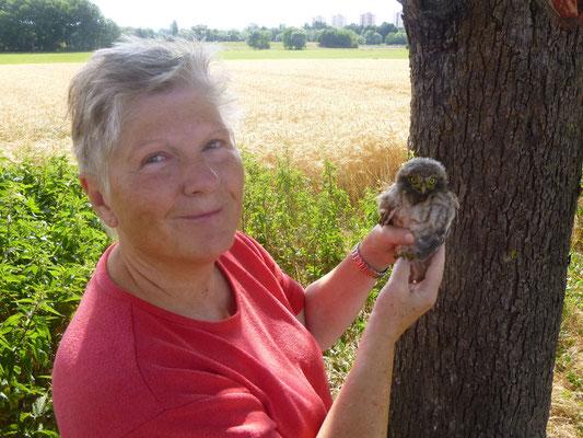 Ellen Kalkbrenner hält überglücklich ein Steinkauzjunges in Händen