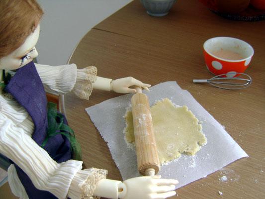Un coin de table, de la pâte à biscuits et du papier sulfurisé. Le rouleau c'est juste la cerise sur le gâteau!