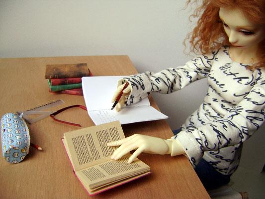 Une planche sur deux boîtes de conserves font une table tout à fait acceptable. Cahier, stylos et livres donnent le ton studieux.