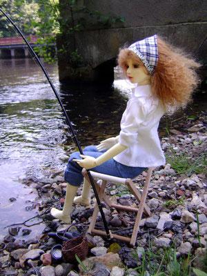 Une tige en guise de canne à pêche, un panier trouvé dans un bazar... On aurais même pu de passer de la chaise pliante!