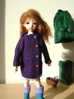 La présence des bottes et des manteaux évoque à elle seule l'entrée d'un appartement ou d'une maison.