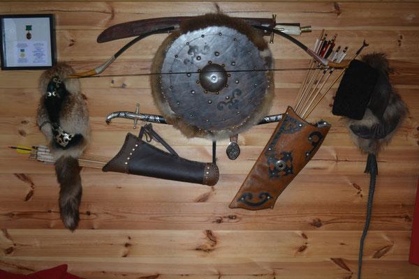 """Le mur du Batyr (autrement dit, du """"chevalier"""" bashkir). Arc, carquois, flèches, sabres et autres y figurient, tradition vieille de plusieurs millénaires encore perpétuée dans la famille de John C (Photo 2021 (c) John C)"""