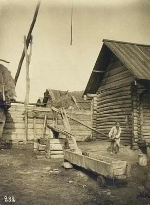 Intérieur d'une cour de maison bashkir avec puits et abreuvoir (photo fin 19e)