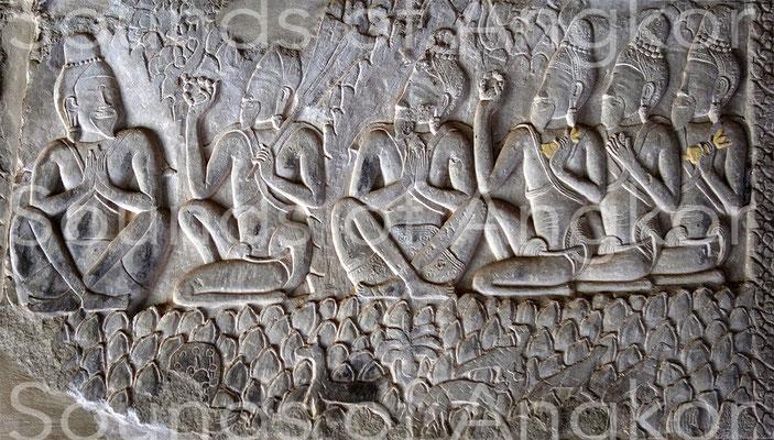 Ascètes avec clochettes à demi-vajra. Angkor Vat. Pavillon d'angle sud-ouest.