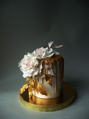Торт Подарочный. Внутри Ванильный бисквит, сливочный крем с маскарпоне Пломбир, свежая клубника. Вес 3 кг