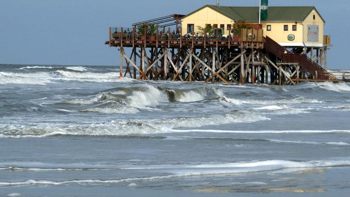 Sehr gemütlich wird es auf der N54° wenn es so richtig weht und die Brandung über den Strand rauscht