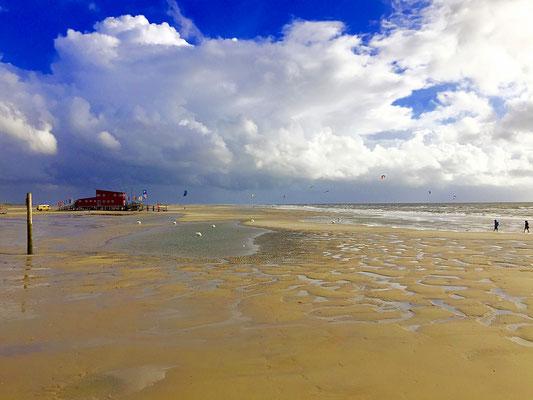 Blick auf die Kiterhütte XH2O am Ordinger Strand