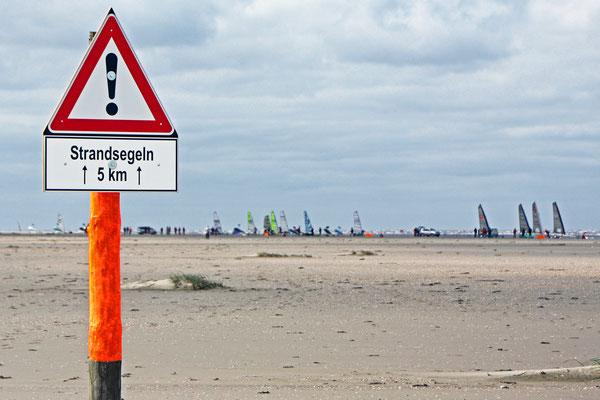 Nicht nur im Wasser - auch auf dem Strand wird Sport betrieben und werden Geschwindigkeitsrekorde aufgestellt