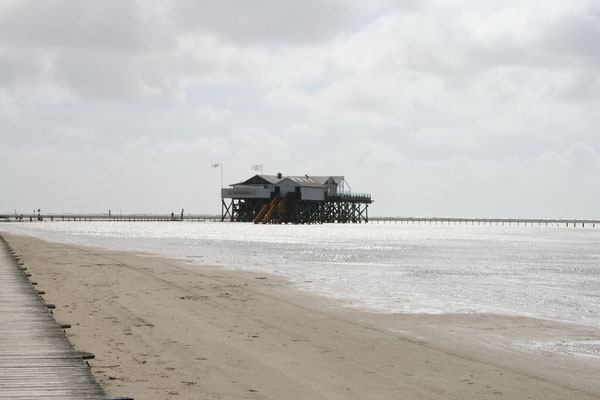Ferienhaus Alte Deichkate - nicht weit weg - das Pfahlbau Restaurant Strandkiste am Böhler Strand