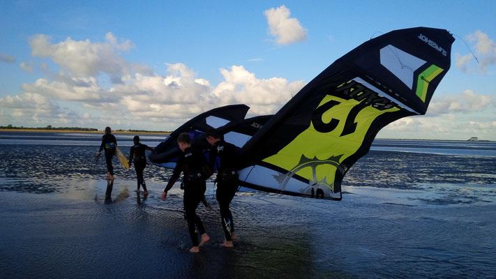 Kiter am Strand in Sankt Peter-Böhl - Hotspot für Kiter aus ganz Europa