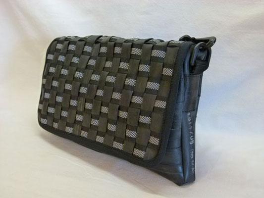 Umhängetasche-Messenger-Tasche-Abendtasche-recycelt-Fahrradschlauch-Reflektorband-gewebt-Marion Kienzle Upcycling & Design-Unikat-nachhaltig-