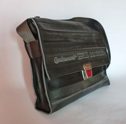 Messenger-Umhängetasche-Tasche-recycelt-Fahrradschlauch-Schultasche-Reflektor-Marion Kienzle Upcycling & Design-Unikat-nachhaltig-