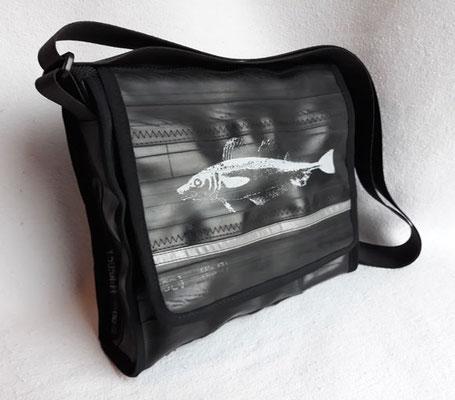 Messenger-Tasche-Umhängetasche-recycelt-Fahrradschlauch-Siebduck-Reflektor-Marion Kienzle Upcycling & Design-Unikat-nachhaltig-Fisch-