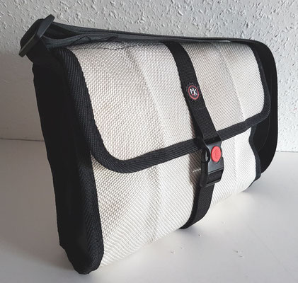 Messenger-Tasche-Umhängetasche-recycelt-Feuerwehrschlauch-Marion Kienzle Upcycling & Design-Unikat-nachhaltig-