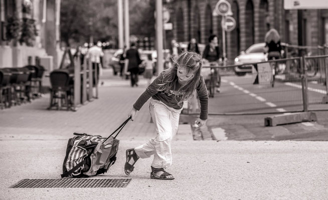 Petite fille à la valise - #Les badauds de Strasbourg - #Photos de Strasbourg - #Paysagesurbains - #DominiqueMAYER - www.dominique-mayer.com