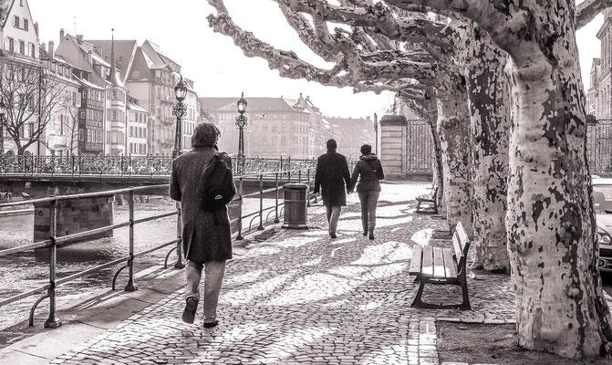#Les badauds de Strasbourg - #Les quais de Strasbourg - #les promeneurs du dimanche à #Strasbourg - #Photos de Strasbourg - #Paysages urbains - #Dominique MAYER - www.dominique-mayer.com