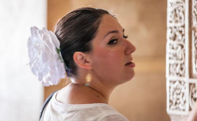 Femme espagnole - L'Alhambra à Grenade en Espagne - Visiter l'Alhambra - Badauds - Flâner à Grenade - Grenade en Espagne - Photos de Grenade - Architecture à Grenade - Vacances en Espagne - Dominique MAYER - www.dominique-mayer.com