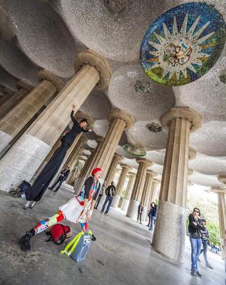 Barcelone en Espagne - Antoni GAUDI, architecte - Parc Güell - Photos de villes - Paysages urbains - Vacances en Espagne - Badauds - Architecture de Barcelone - Dominique MAYER - www.dominique-mayer.com