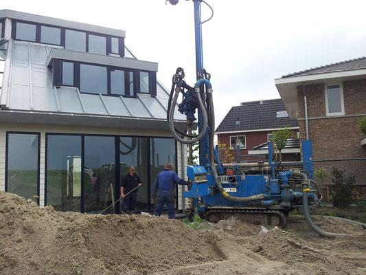 Projekt Almere: Aanbrengen zinken dak met warmte terugwinning en boring van bronnen t.b.v. warmtepomp