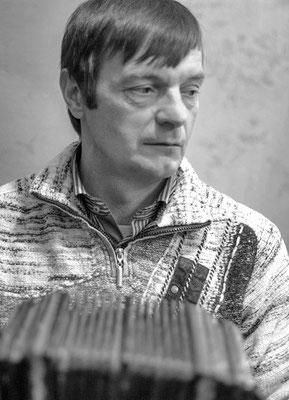 Сергей Мельников (внук мастера) с гармонью своего деда.