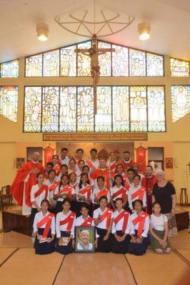 Photo de groupe à la fin de la confirmation (le portrait est celui de Christian des Pallières, tenu par les jeunes de son centre). A droite, Marie-France des Pallières.