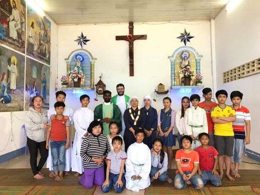 À Svay Pak (église Ste Marie-Madeleine) ce dimanche, au-revoir à une sœur qui part faire 2 années d'études aux Philippines, et accueille de sa remplaçante.