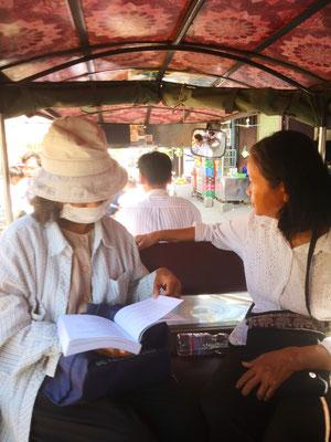 En tuk-tuk avec les paroissiennes pour aller visiter les malades