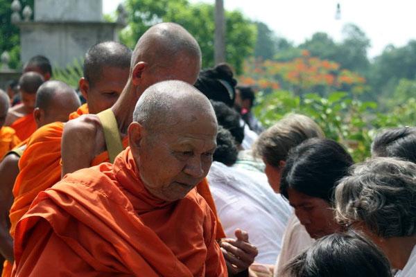 Offrandes aux moines à la Pagode de Wat Kraya. Photographie par Christophe Gargiulo