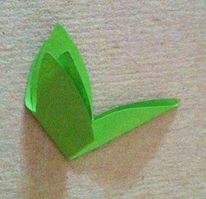 kleines Blatt falzen um ein Loch in die Mitte zu schneiden