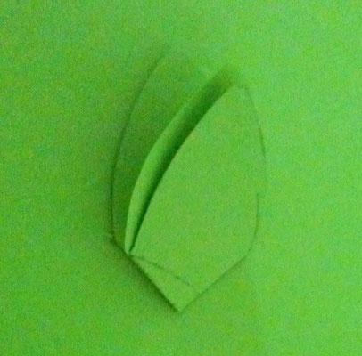 großes Blatt falzen um ein Loch in die Mitte zu schneiden