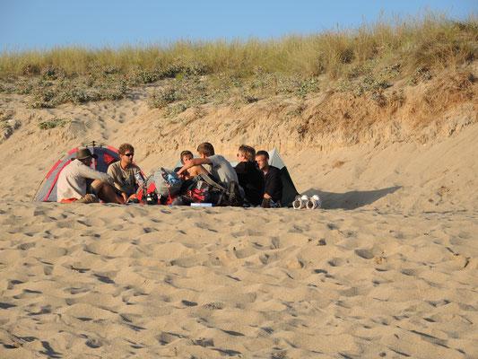 Es wird der Abschluss gefeiert und manchmal übernachtet am Strand am Ende der Welt.