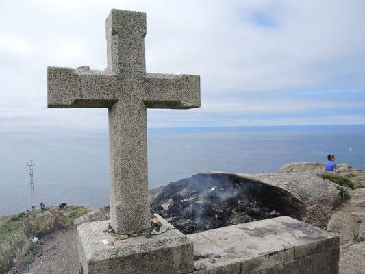 Hier verbrennen die Pilger Teile ihre Ausstattung