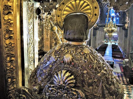 Die Statue vom Apostel Jakobus über dem Altar